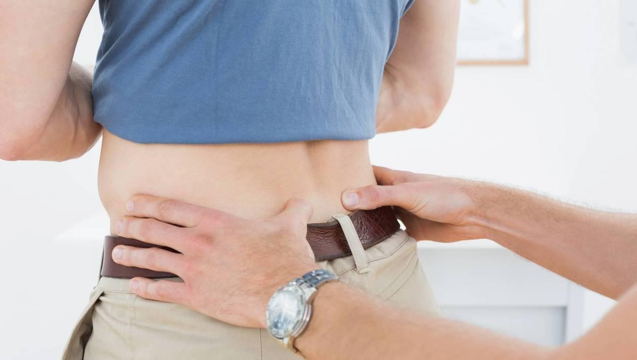 ILLUSTRATION consultation par un médecin du dos de son patient mal de dos *** Local Caption *** Plein le dos de la lombalgie? Faites du sport Santé. Usure de la colonne vertébrale ou manque d'activité, ce mal de dos a des causes très diverses. Une spécialiste nous explique comment l'éviter.