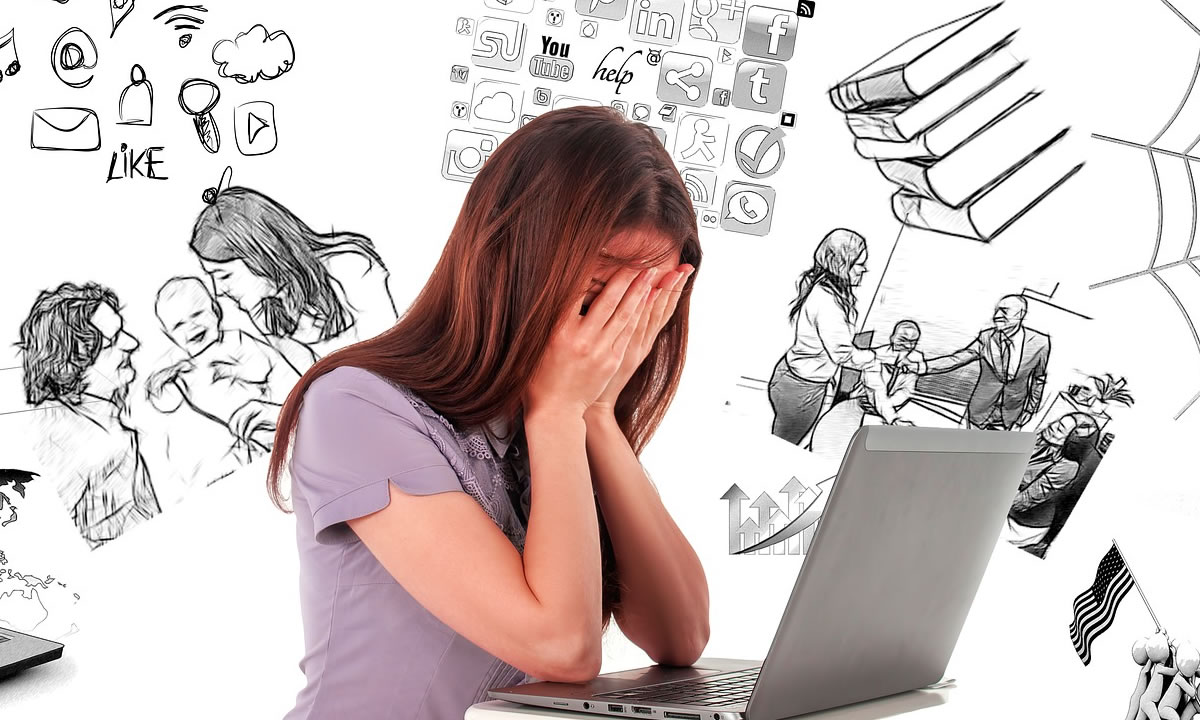 Professional Girl Gamer joue au MMORPG / jeu vidéo de stratégie sur son ordinateur. Elle participe au tournoi de cyber-jeux en ligne, joue à la maison ou au café Internet. Elle porte un casque de jeu.