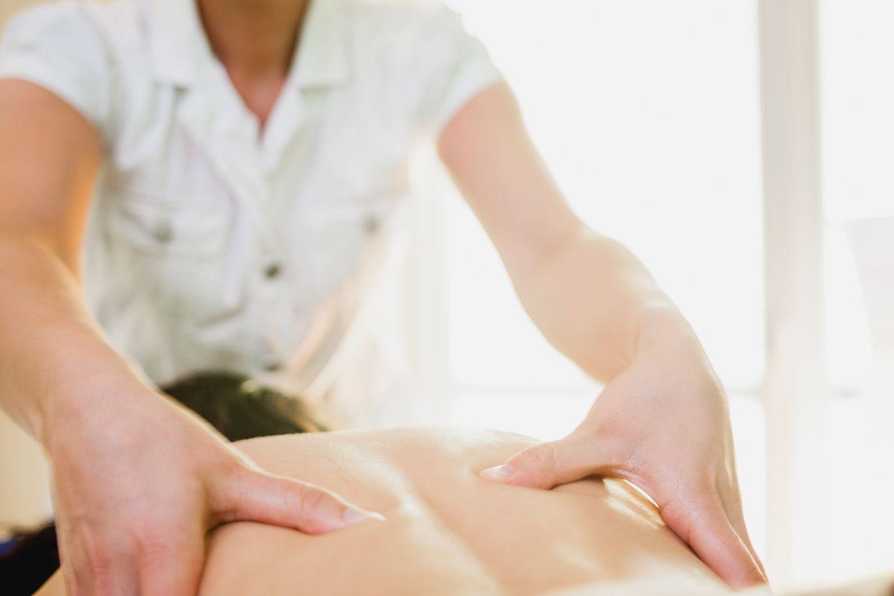 massage-dos-masseur-mains-blouse-peau